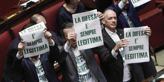 Manifestazione di Deputati leghisti alla Camera a favore della «legittima difesa»